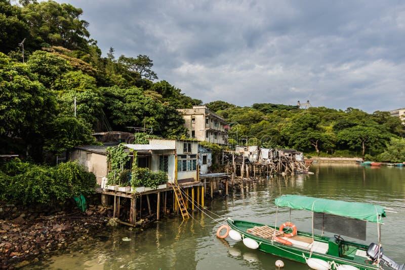 Verlassene Pfahlhäuser im gewaltsam vertriebenen fahlen Fischerdorf MAs, Hong Kong lizenzfreie stockbilder