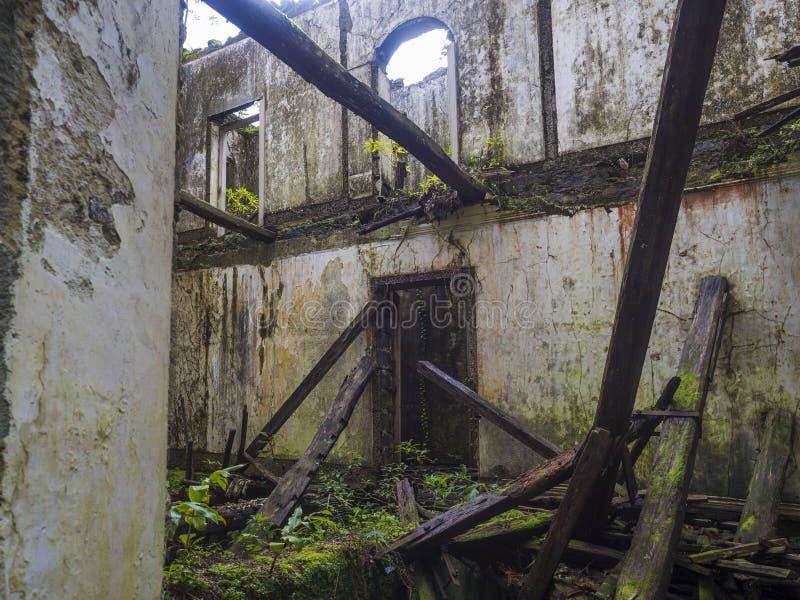 Verlassene Ruine des historischen Landhaushauses im tropischen Wald auf Fußwegenwanderweg nahe Furnas, Sao-Miguel-Insel stockfoto