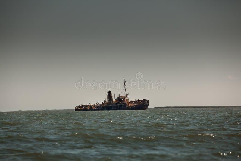 Verlassene ruinierte Lieferung in der Küstelandschaft lizenzfreie stockfotos