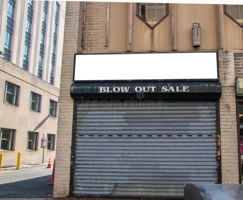 Verlassene Speicherfront des Geschäfts, die Bankrott ging Das Sicherheitstor ist geschlossen Zeichen sagt, brennt heraus Verkauf  lizenzfreie stockfotografie