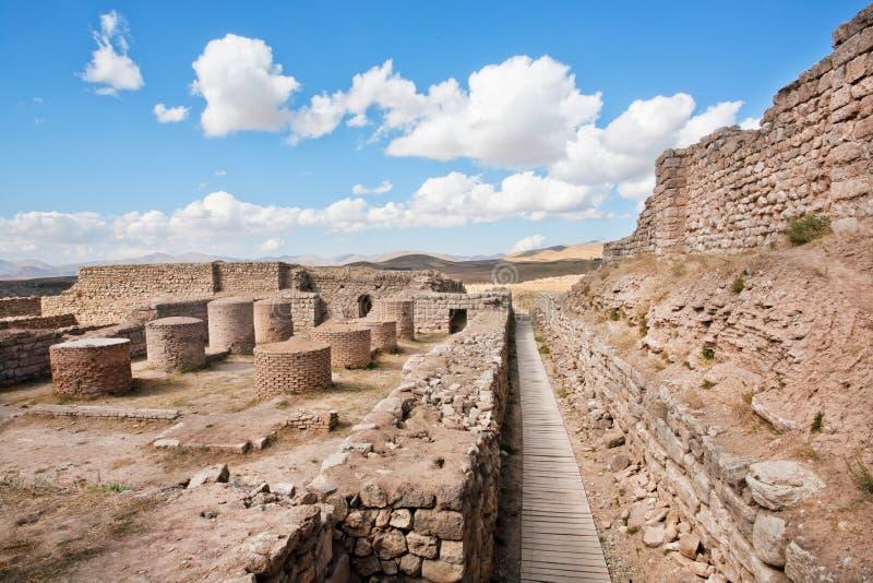 Verlassene Stadt mit Steinsäulen und Backsteinmauern um Zoroastrian feuern Tempel ab lizenzfreie stockbilder