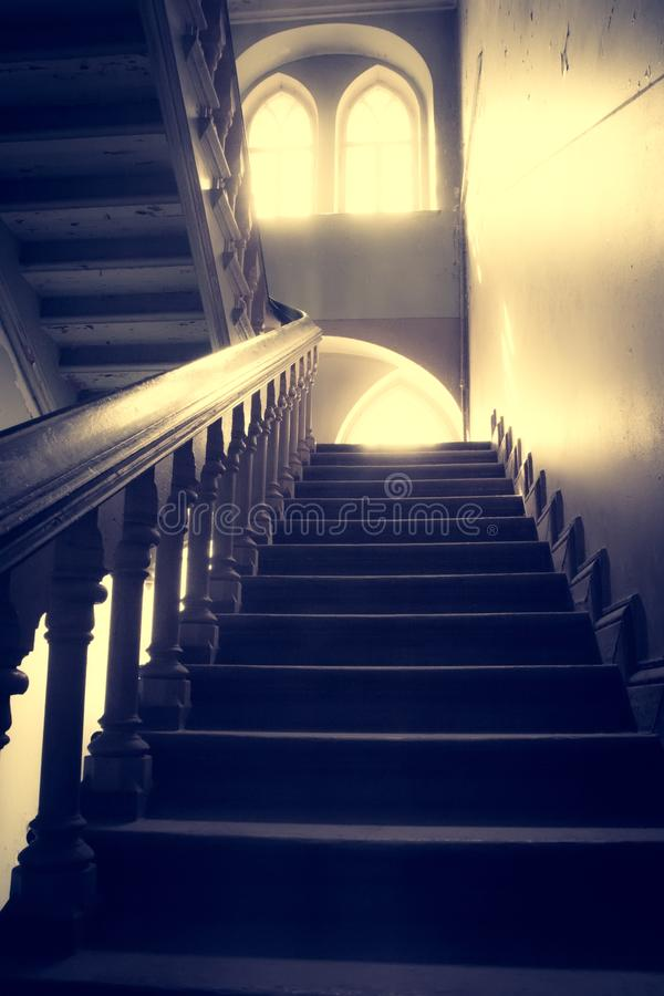 Verlassene Treppe und Raum im alten Haus lizenzfreie stockbilder