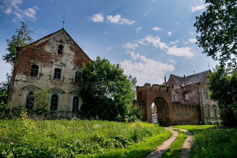 Verlassene und überwucherte Tore des roten Backsteins und Villa ehemaligen ` s Kikin Ermolov Landsitzes, Ryazan-Region, Russland stockbilder