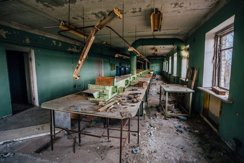 Verlassene und ruinierte Werkstatt an verlassener Fabrik von Radiokomponenten lizenzfreies stockbild