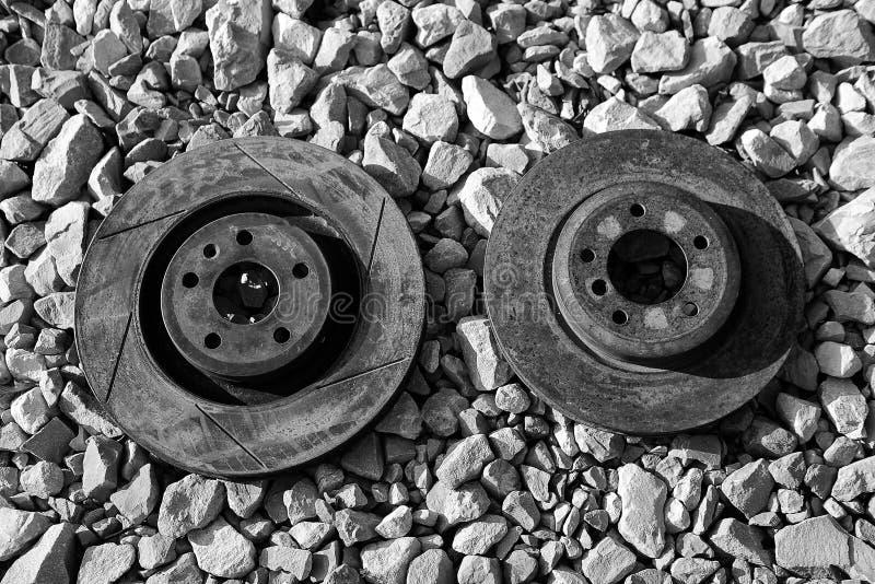 Verlassene und verrostete Bremsschwarzweiss-rotoren stockfotos