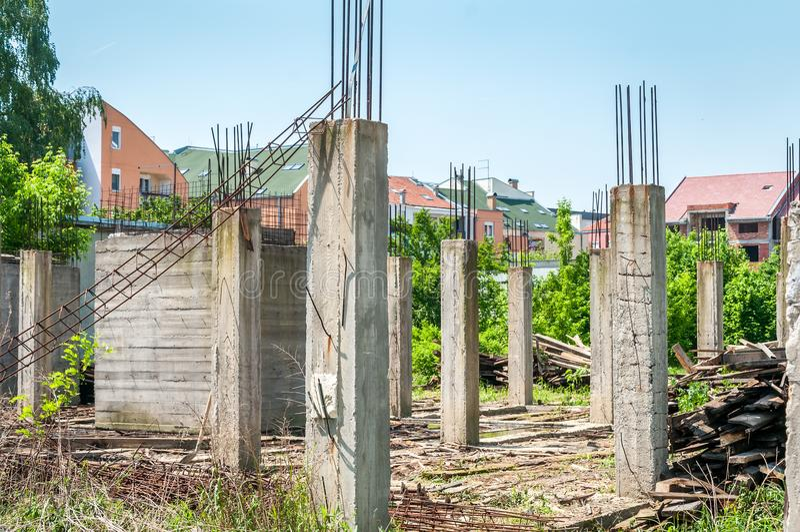 Verlassene unfertige Baustelle des Gebäudes oder des Hauses mit Architekturdetails von konkreten Skelett- und Verstärkungspfosten stockbilder