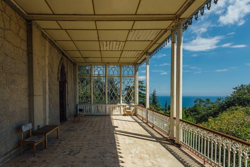 Verlassene Villa Großer verzierter Balkon mit Spalten auf Seeküste stockfotos