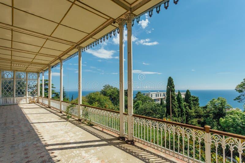 Verlassene Villa Großer verzierter Balkon mit Spalten auf Seeküste lizenzfreie stockbilder
