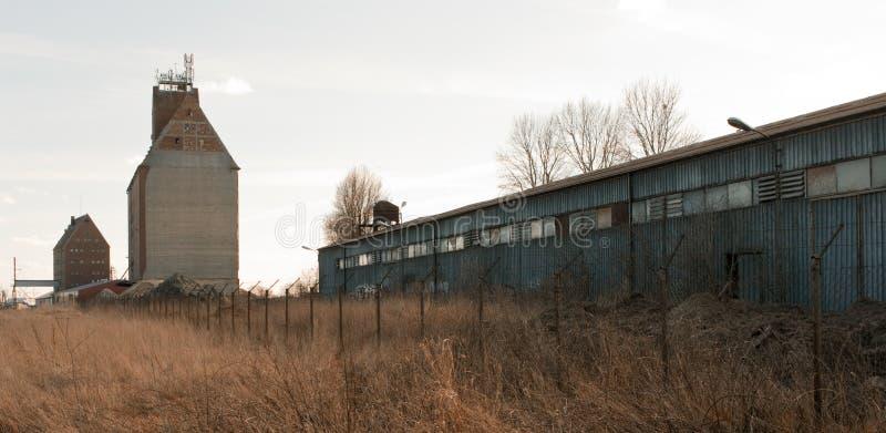 Verlassene Zeitschrift und Getreidespeicher stockfoto