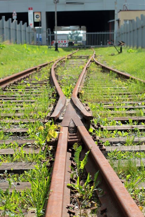 Verlassene zusammenlaufende Eisenbahnlinien gegen eine Wand stockfotografie