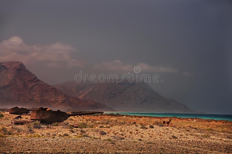 Verlassener alter rostiger Beh?lter auf dem Ufer der Insel E yemen stockfoto