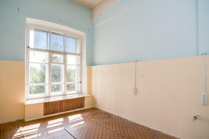 Verlassener Bürogebäudeinnenraum stockbild