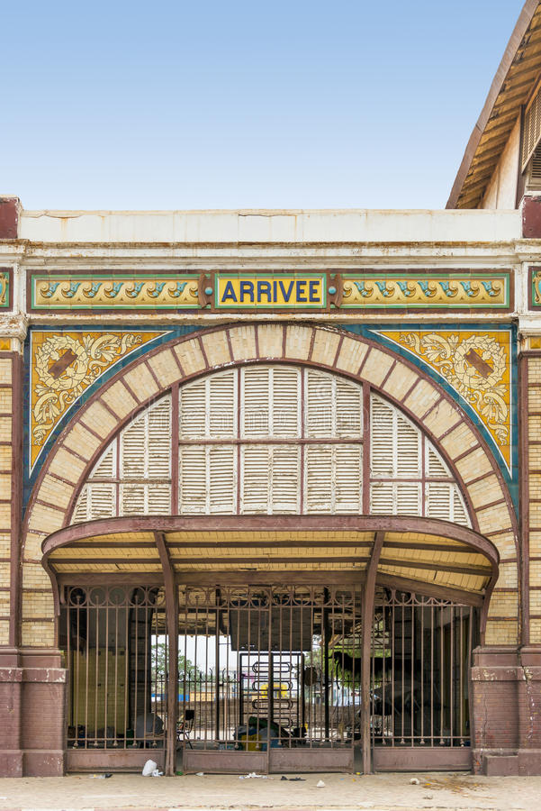 Verlassener Bahnhof von Dakar, Senegal, Kolonialgebäude lizenzfreie stockfotos