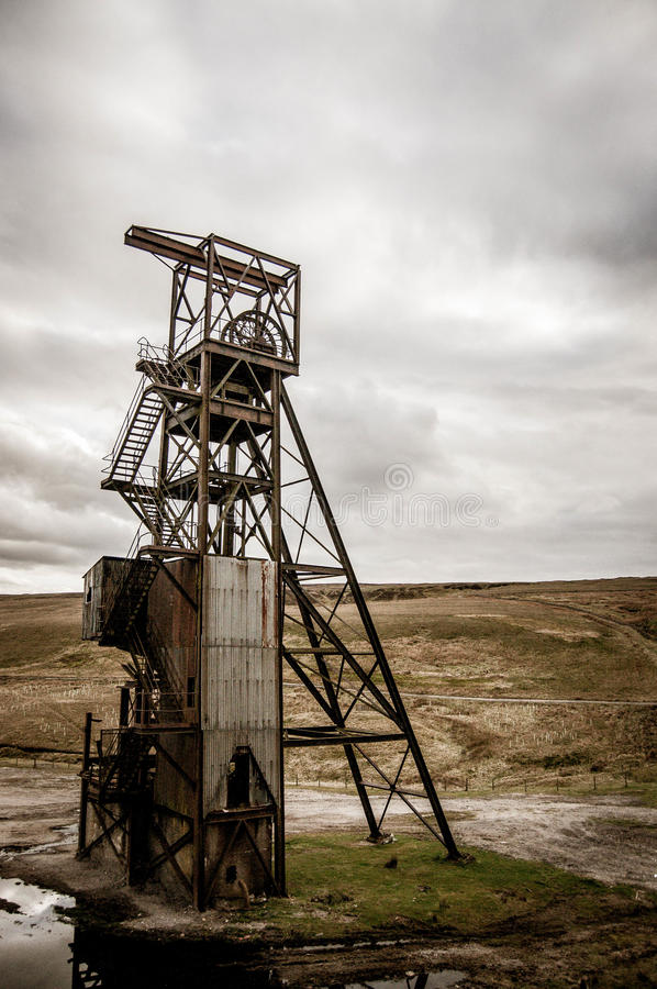 Verlassener Bergbaukontrollturm lizenzfreies stockfoto