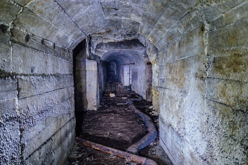 Verlassener Bunkertunnel mit Betonmauern stockbilder