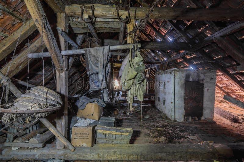 verlassener dachboden mti gegenstaenden fotos de archivo libres de regalías