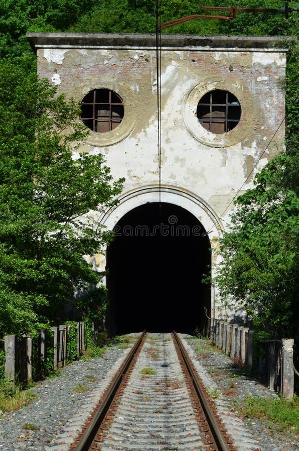 Verlassener Eisenbahntunnel stockfotos