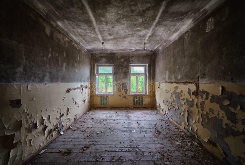Verlassener errichtender leerer Raum nach innen stockfotografie