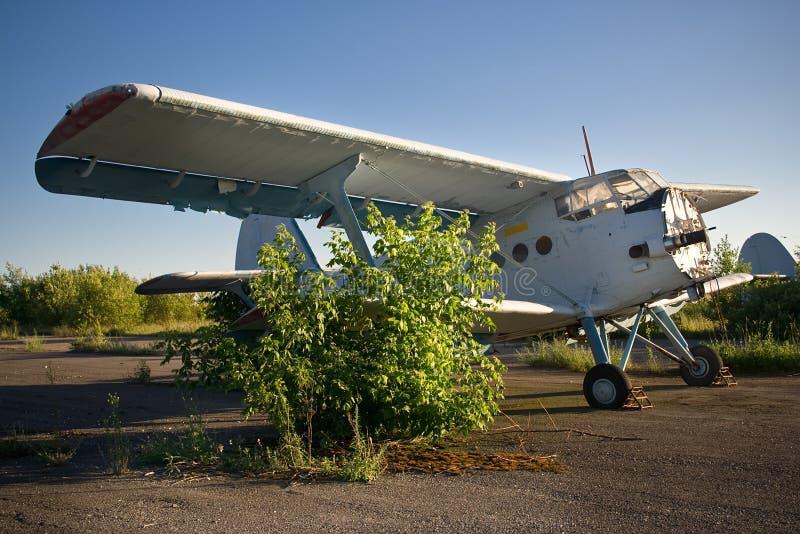 Verlassener Flughafen Alte sowjetische Flugzeuge Antonow An-2 lizenzfreie stockfotos