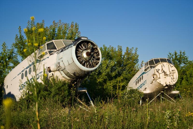 Verlassener Flughafen Alte sowjetische Flugzeuge Antonow An-2 stockbilder