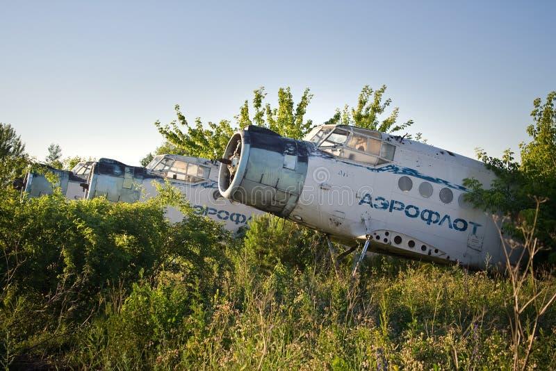 Verlassener Flughafen Alte sowjetische Flugzeuge Antonow An-2 lizenzfreies stockfoto