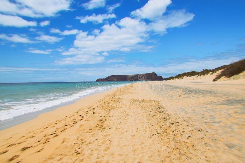 Verlassener goldener Strand von Porto Santo blickend in Richtung des Strandes von P lizenzfreie stockbilder