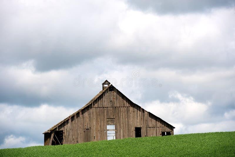 Verlassener hölzerner Stall stockfoto