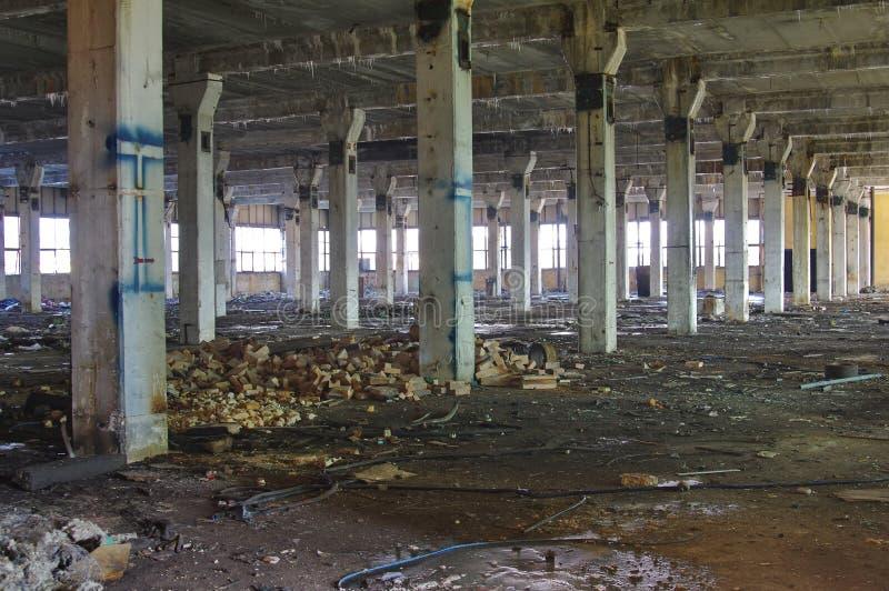 Verlassener industrieller Fabrikinnenraum lizenzfreies stockbild