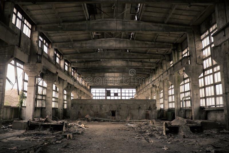 Verlassener industrieller Innenraum stockfotografie