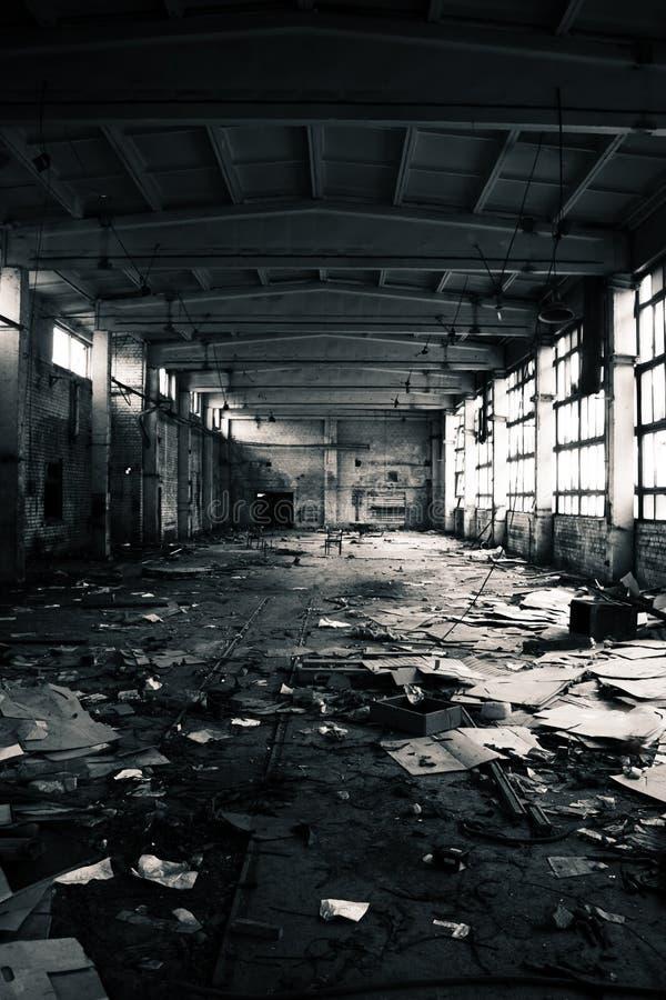 Verlassener industrieller Innenraum stockbilder