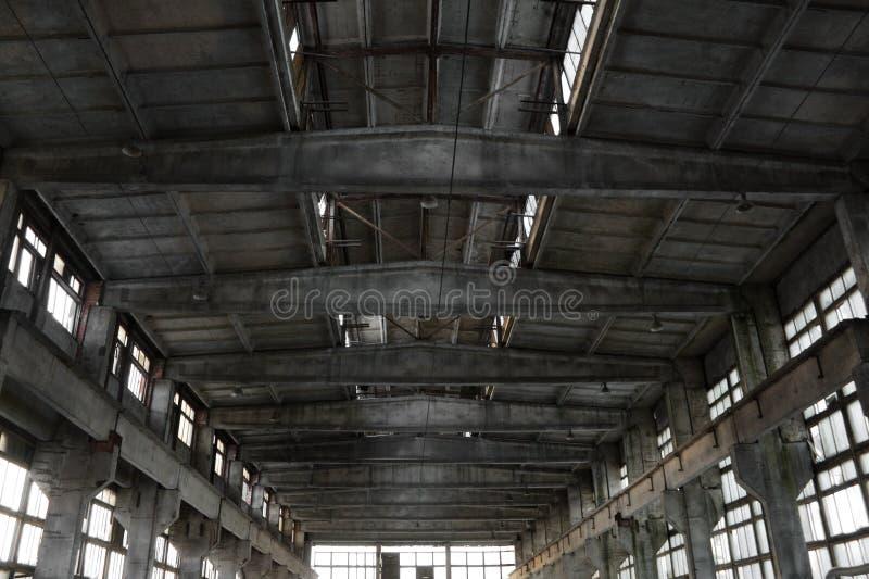 Verlassener industrieller Innenraum lizenzfreie stockfotos