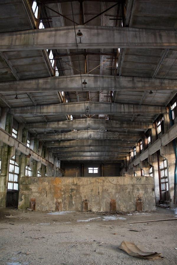 Verlassener industrieller Innenraum lizenzfreies stockbild