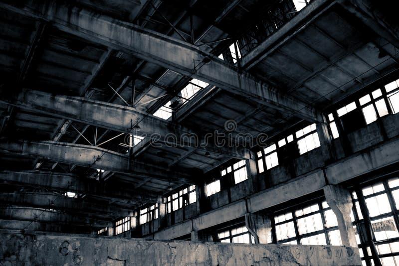 Verlassener industrieller Innenraum stockbild