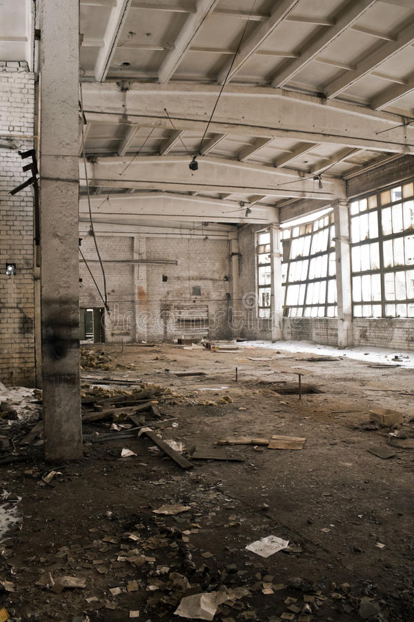 Verlassener industrieller Innenraum stockfotos