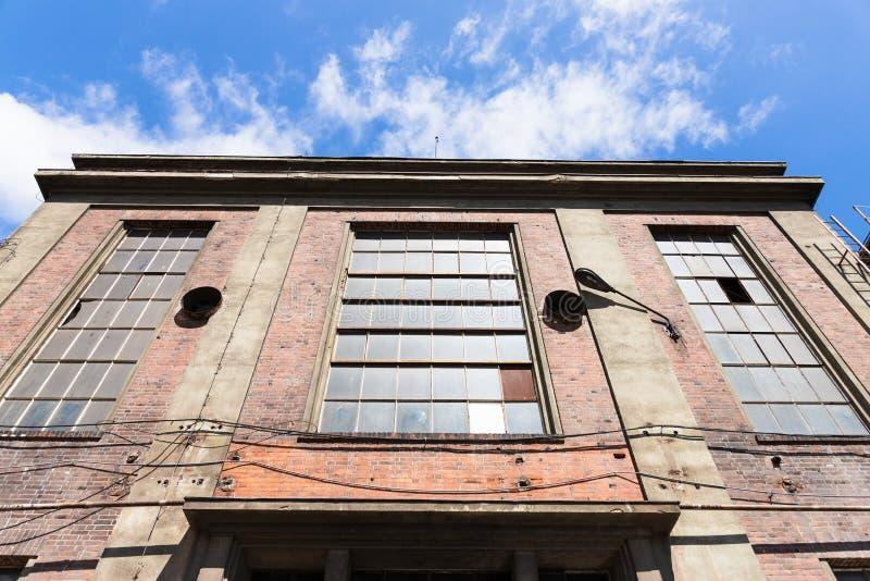 Verlassener Lagerhintergrund, Reismühle Klassische Tür und Fenster auf Ziegelsteinhintergrund Die Gebäude des verlassenen Bergwer stockfotografie