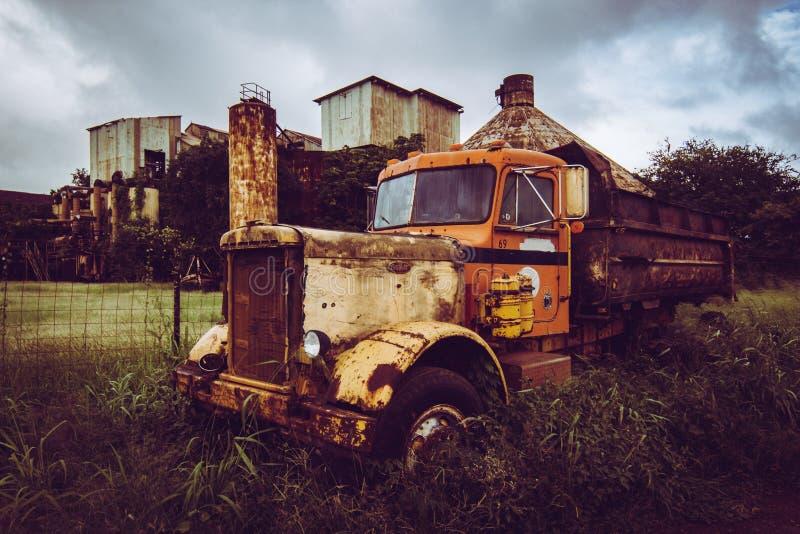 Verlassener LKW und Fabrik lizenzfreie stockbilder