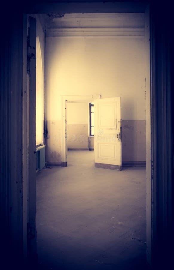 Verlassener Raum im alten Haus lizenzfreie stockfotos