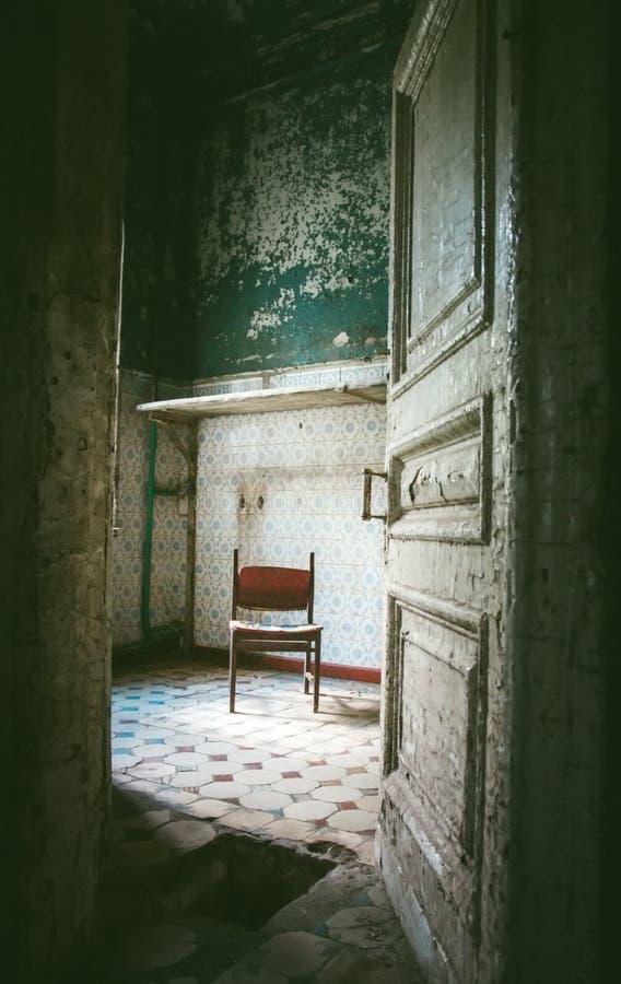Verlassener Raum im alten Haus stockfotografie