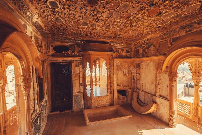 Verlassener Raum im historischen indischen Haus mit altem Design von Wänden und Decke, Rajasthan von Indien stockfoto