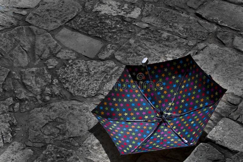 Verlassener Regenschirm an einem sonnigen Tag lizenzfreie stockfotografie