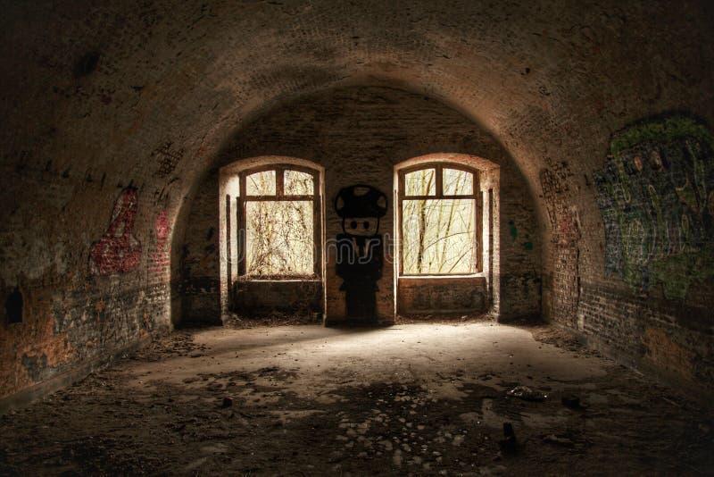 Verlassener Schutzraum mit vielen Graffiti lizenzfreie stockbilder