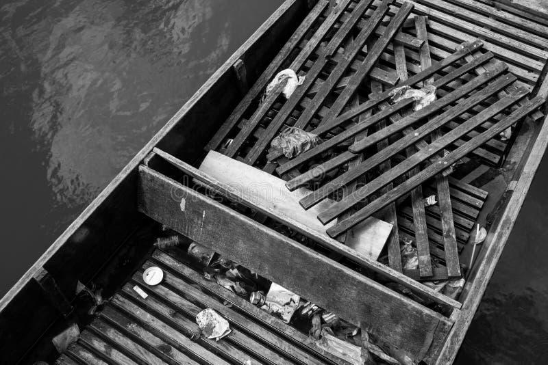Verlassener Stocherkahn stockfotografie