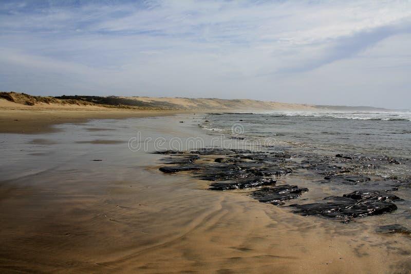 Verlassener Strand lizenzfreie stockfotografie