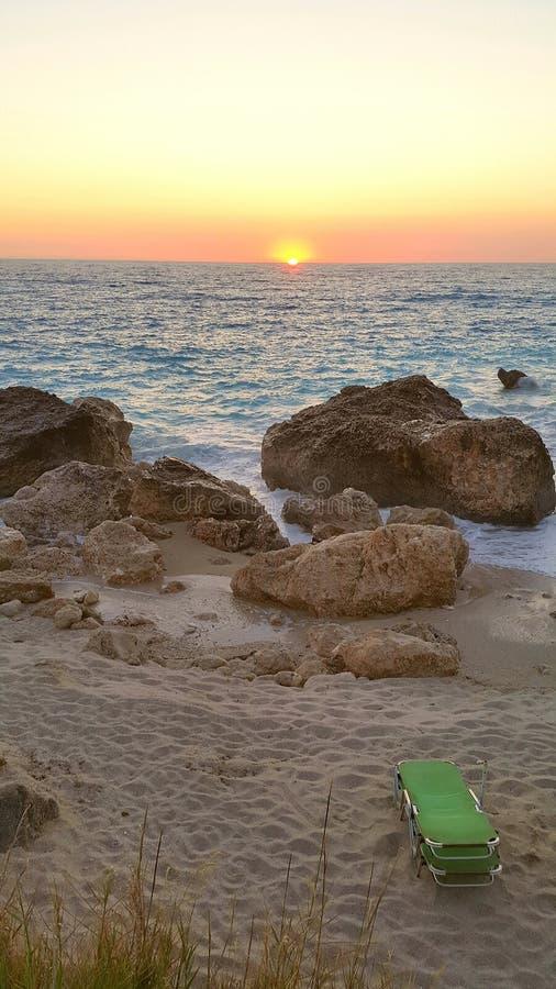 Verlassener Strand am Sonnenuntergang stockfotografie