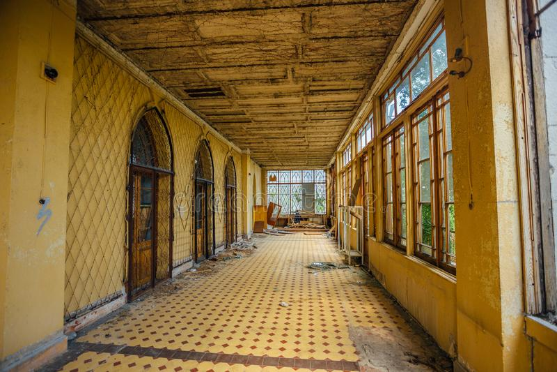 Verlassener Villeninnenraum Errichtende Terrasse mit Fliesenboden lizenzfreies stockbild
