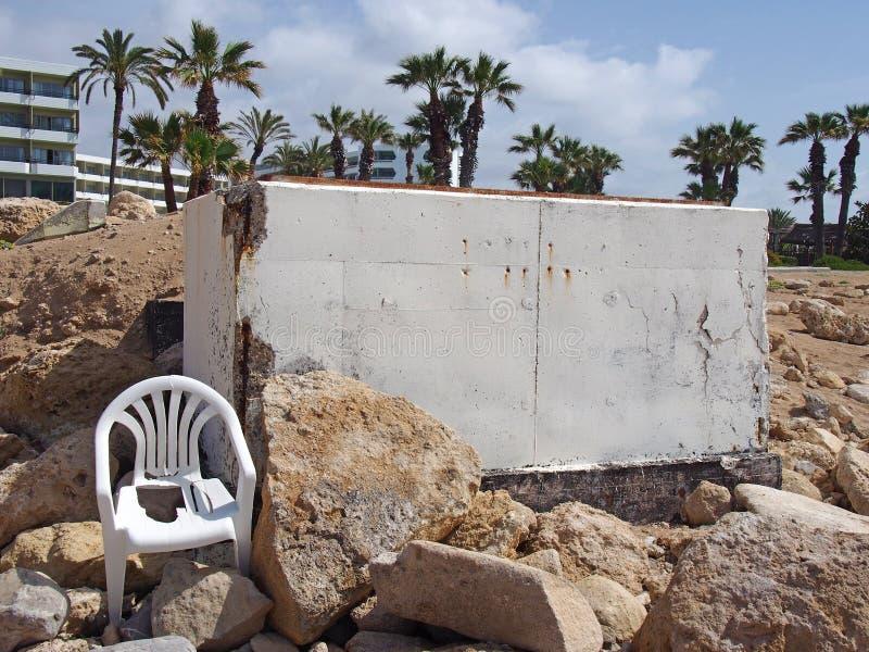 Verlassener weißer gemalter konkreter Bunker in den paphos herrührend vones Zypern die Bürgerkriegära mit defektem weißem Plastik lizenzfreies stockbild