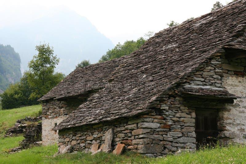 Verlassenes altes entsteintes Haus lizenzfreie stockfotografie