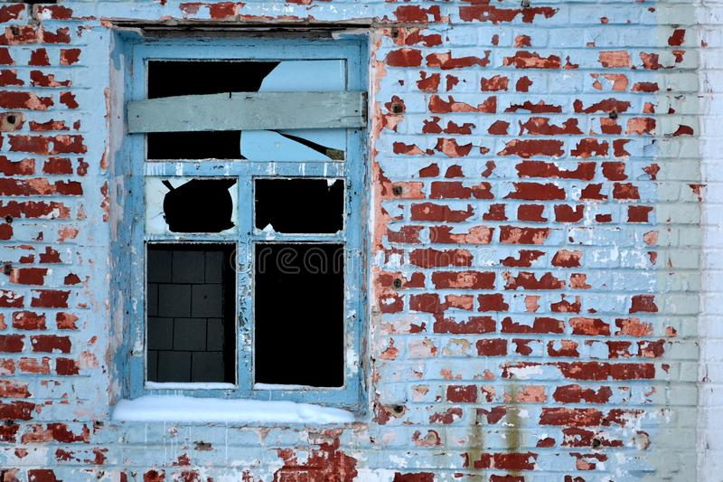 Verlassenes altes Haus Gealterte Backsteinmauern Unterbrochenes Fenster stockbilder