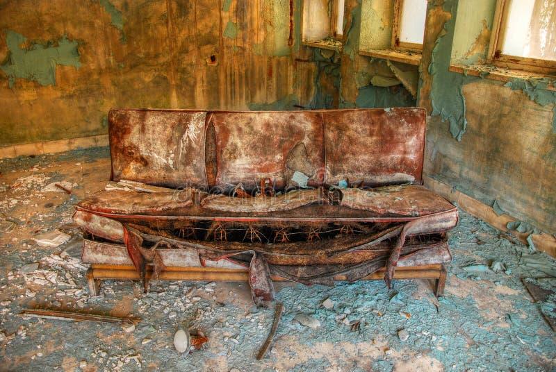 Verlassenes altes Sofa lizenzfreie stockfotografie