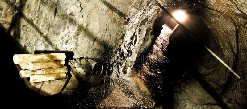 Verlassenes Bergwerk mit Ausrüstung stockbilder
